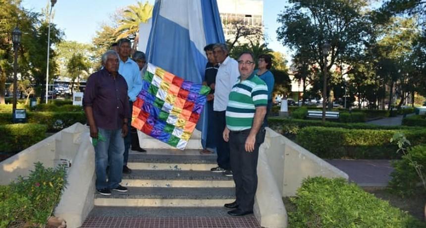 IZAMIENTO DE LA BANDERA WIPHALA JUNTO A LA BANDERA NACIONAL EN EL DÍA DE LA CONVIVENCIA DE LOS PUEBLOS ORIGINARIOS DE AMÉRICA
