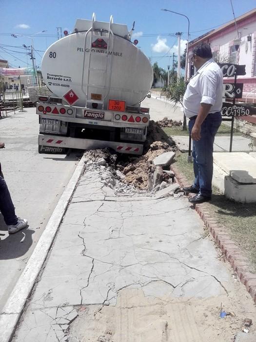 INSPECTORES DE TRÁNSITO DEL MUNICIPIO Y LA POLICÍA CAMINERA MULTARON A UN CAMIÓN QUE TRANSPORTABA COMBUSTIBLE Y DESTROZÓ UNA VEREDA
