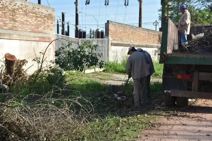 EL MUNICIPIO REALIZA LIMPIEZA DE DESAGÜES, RECOLECCIÓN DE RAMAS Y FUMIGACIONES