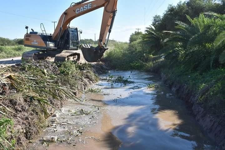 EL MUNICIPIO CONTINÚA CON LA LIMPIEZA DE CANALES Y  ALCANTARILLAS
