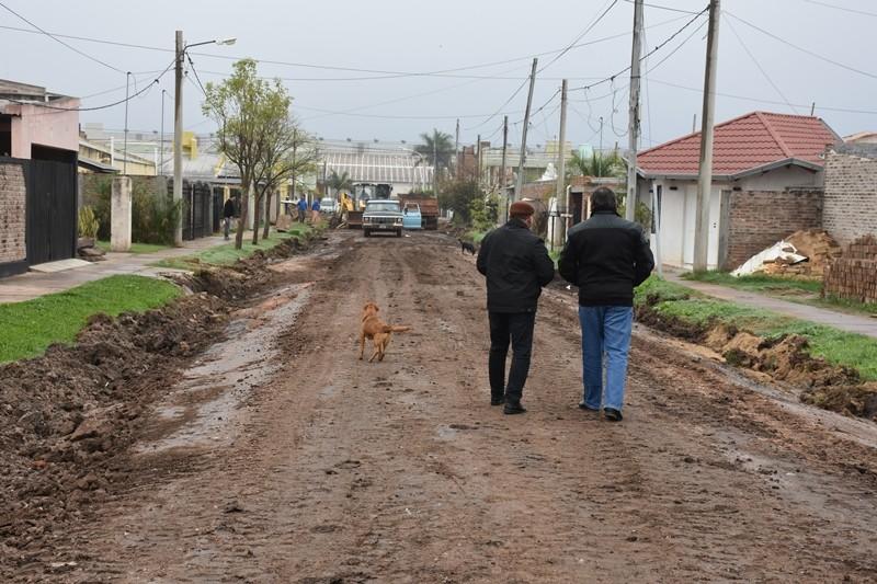 LA MUNICIPALIDAD INICIÓ LA OBRA DE ASFALTO SOBRE CALLE AGUARÁ