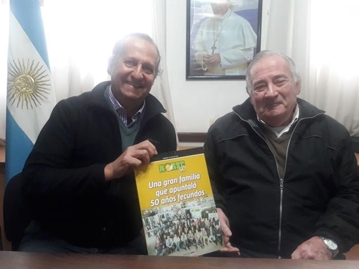El INTENDENTE ADALBETO PAPP RECIBIÓ UNA REVISTA DE LOS 50 AÑOS DE NORTE, DE PARTE DE PEDRO CAPKAUSKAS