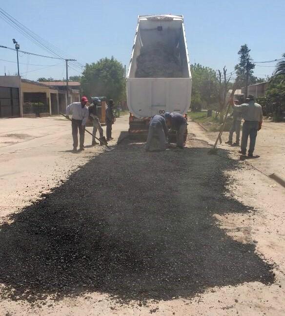 EL MUNICIPIO INICIÓ EL TRABAJO DE BACHEO DE CALLE 1 DE MAYO CON MEZCLA ASFÁLTICA