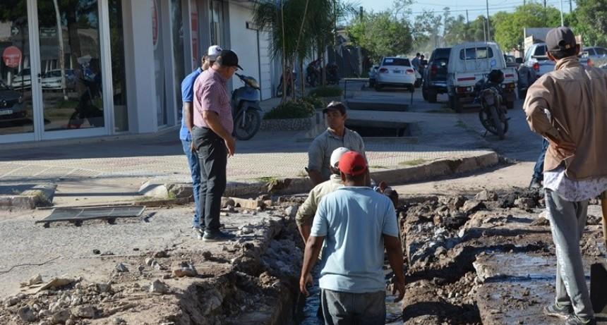 EL MUNICIPIO DE VILLA ÁNGELA REPARA Y COLOCA NUEVAS ALCANTARILLAS PARA MEJORAR EL ESCURRIMIENTO