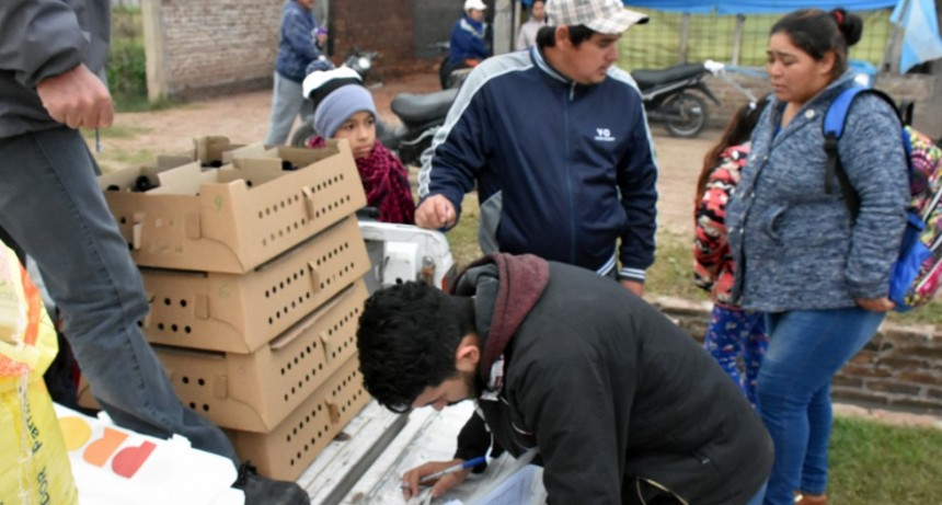 MUNICIPIO JUNTO A INTA ENTREGA 1300 POLLITOS DEL PROGRAMA PRO HUERTA A FAMILIAS DE LADRILLEROS