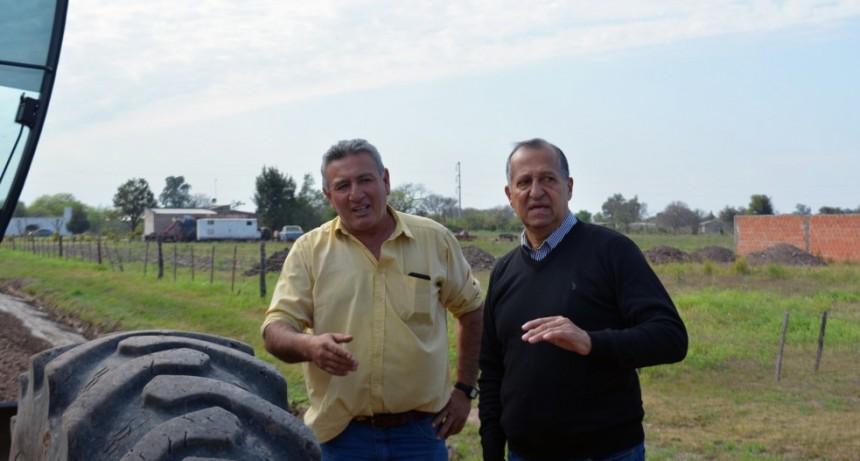 PAPP SUPERVISA EL TRABAJO DE PERFILADO Y MEJORAMIENTO DE RIPIO DE CALLE LOS SAUCES